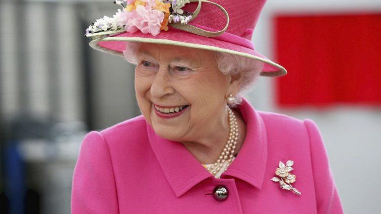 «В платочке и с цветами»: как королева прибыла на встречу с правнуком
