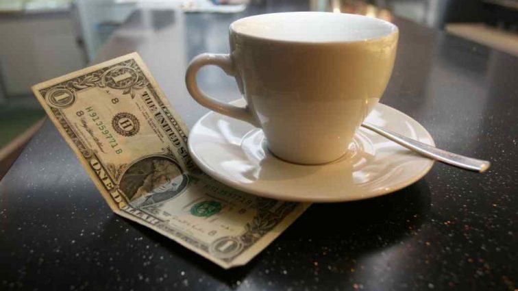 Безработная россиянка оставила в кафе «на чай» 7400 долларов