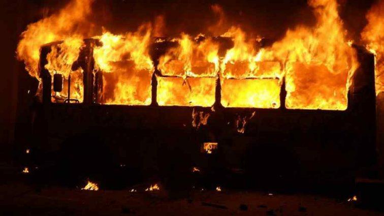 «Спасать там уже было нечего»: Автобус с пассажирами загорелся прямо на дороге