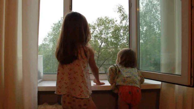 Две сестрички чудом выжили после падения из окна девятого этажа