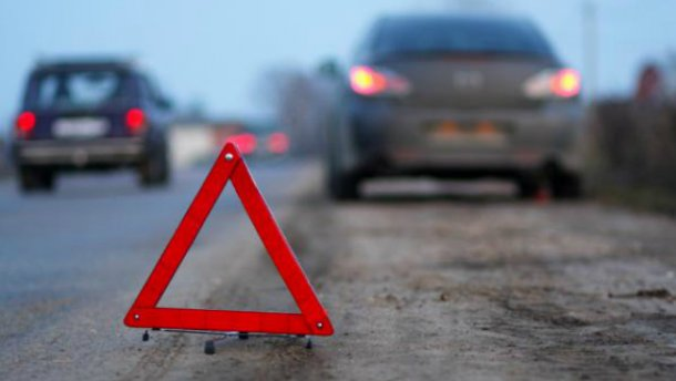 «Опасно проежать и легковушкам»: грузовик упал с моста