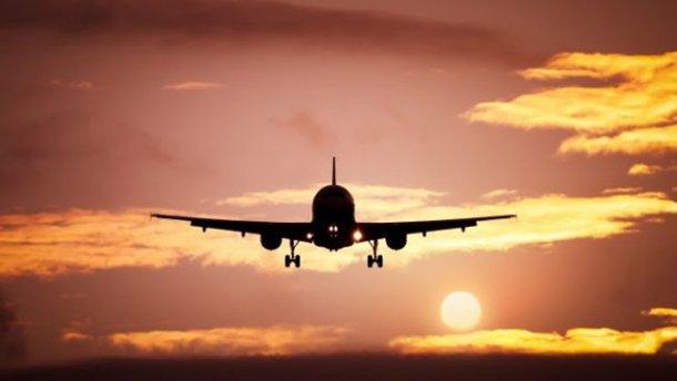 Пассажир после ссоры с экипажем выпал из самолета и умер
