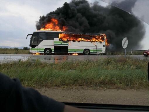 Пассажирский автобус полностью сгорел из-за удара молнии