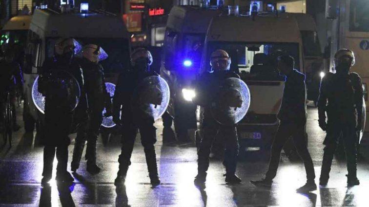 В Париже опять заварушки. Полиция разгоняет народ с помощью водометов