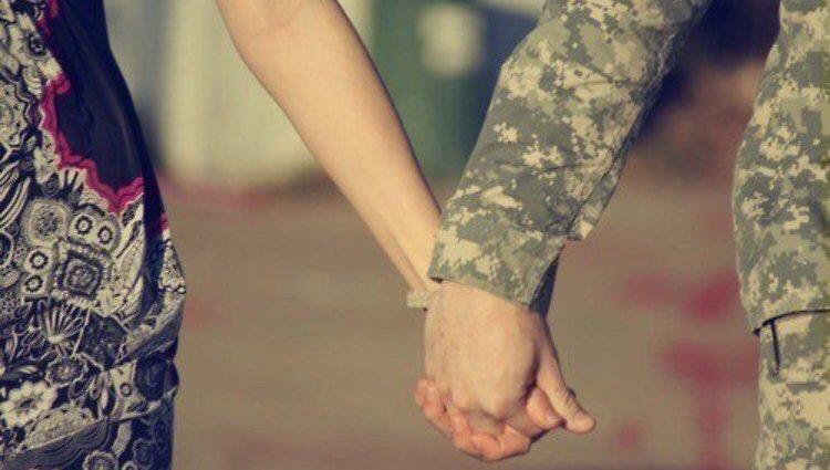 «История, которая торкнется души каждого»: солдат по телефону смотрел роды жены в аэропорту