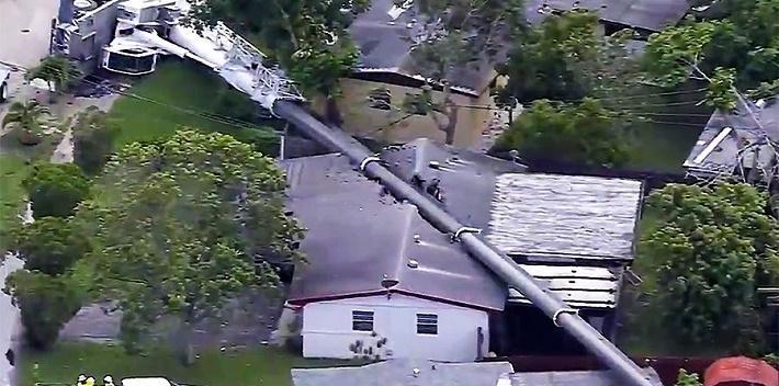 В США подъемный кран упал прямо на жилые дома (видео)