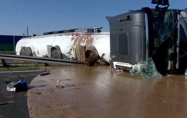 «Сладкое ДТП»: перевернулся грузовик с шоколадом