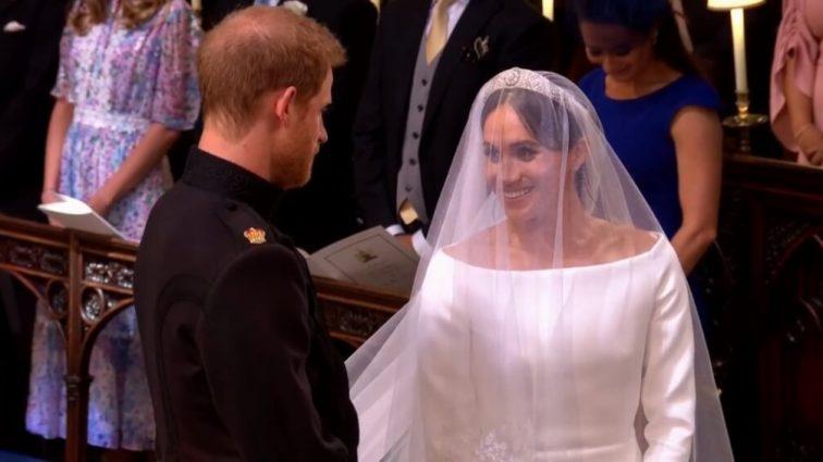 Выпустили первые официальные свадебные портреты принца Гарри и Меган Маркл. Все обратили внимание на Елизавету ІІ