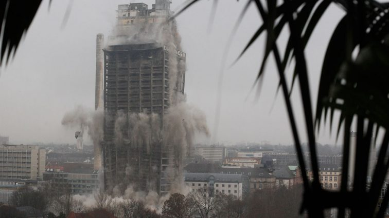 В центре города после пожара обвалился небоскрёб, 30 человек считают пропавшими