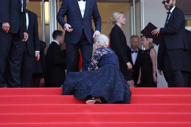 Известная актриса уже третий раз упала на красной дорожке