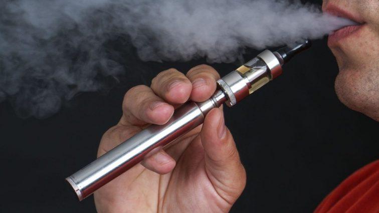 «Обнаружили в спальне его горящего дома»: мужчина умер из-за взрыва электронной сигареты