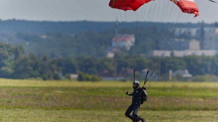 «Отец прыгнул с парашютом и спасся»: Разбился вертолет с ребенком