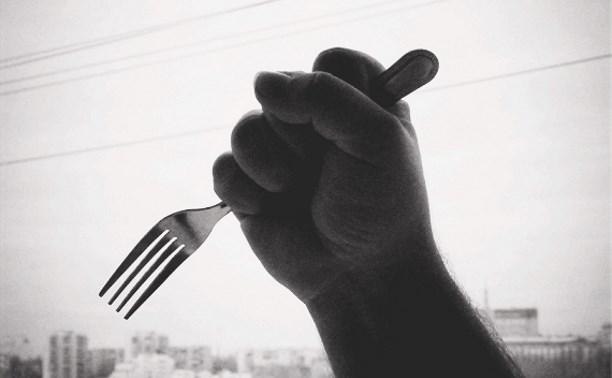 «По очереди ее изнасиловали, принудили к оральному с*ксу»: Двоє мужчин издевались над женщиной с помощью раскаленной вилки