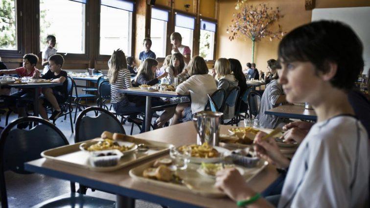 Почему ученикам в Великобритании не разрешают приносить обед из дома?