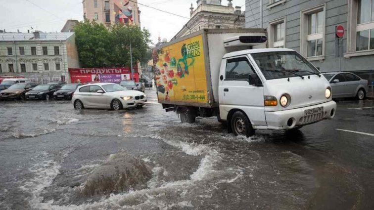 Земли под ногами не видно»: Москву накрыл невероятный ливень!