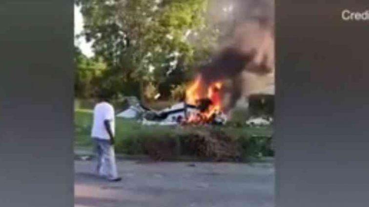 В Сети выложили видео догорающего самолета, с которого внезапно вылез подросток
