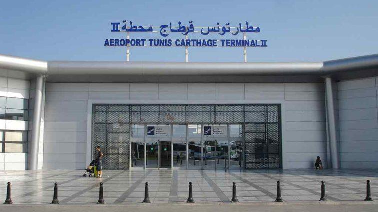 Несколько сотен туристов оказались заперты в аэропорту Туниса уже вторые сутки