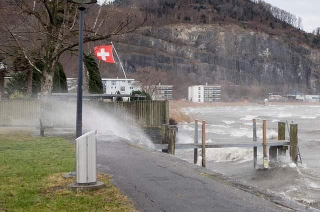 Вода залила улицы, магазины, эскалаторы…: в Швейцарии бушует мощный шторм