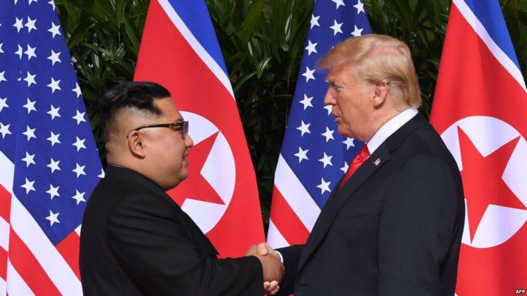Пришлось проверить «канцелярский предмет» на безопасность: конфуз на втрече Трампа и Ким Чен Ына