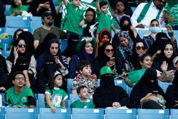 Впервые за 40 лет!»: Иранским женщинам позволили посмотреть футбол на стадионе