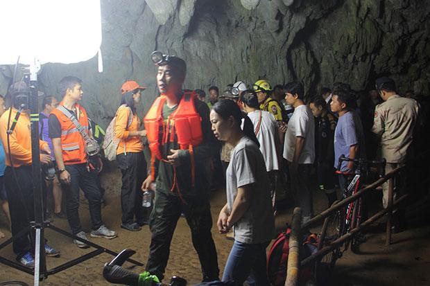 «С ними дядька Черномор»: в одной из пещер Таиланда пропала футбольная команда и её тренер