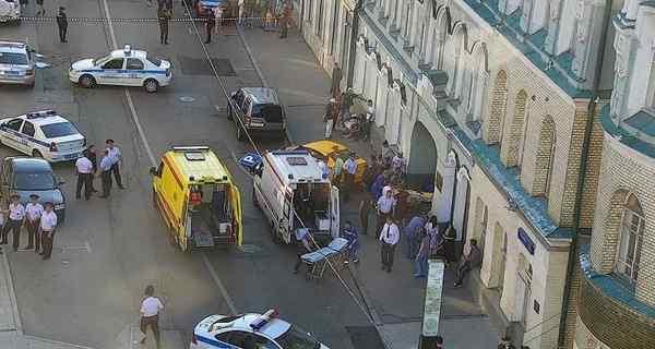 В центре Москвы авто въехало в толпу, много пострадавших