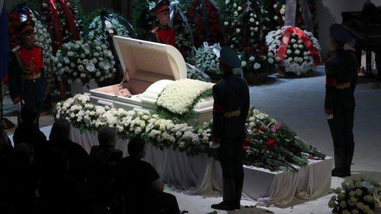 «Сильно исхудал и едва держался на ногах»: Вид больного Кобзона у гроба Дементьева насторожил россиян