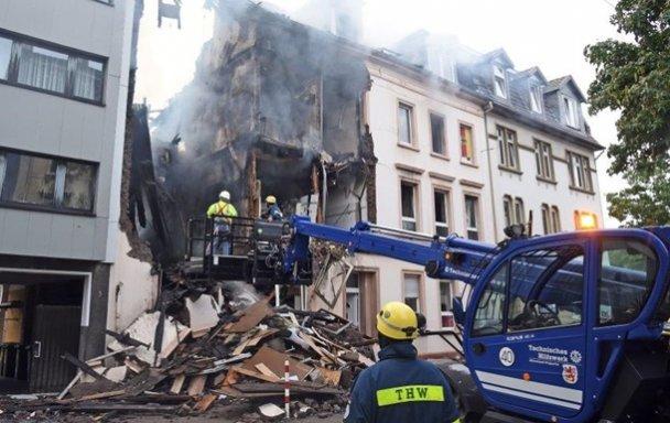 Под обломками здания могут находиться люди: В Германии в жилом доме произошел взрыв