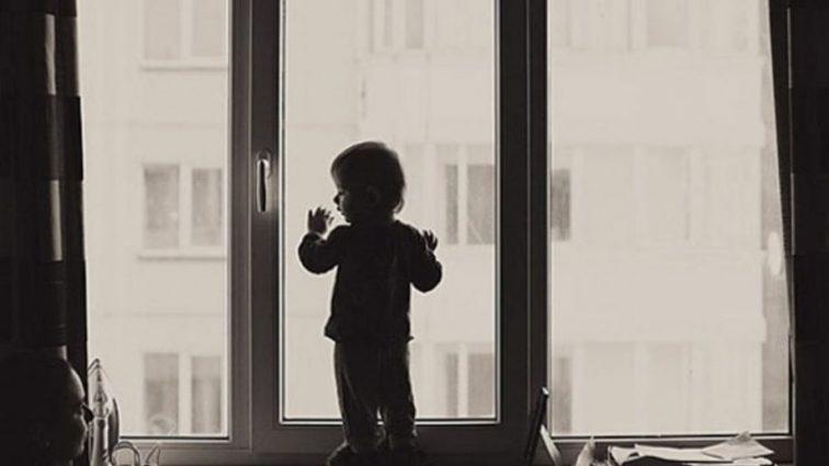 «Приглядела» на славу»: 5-летнюю девочку выбросили из окна