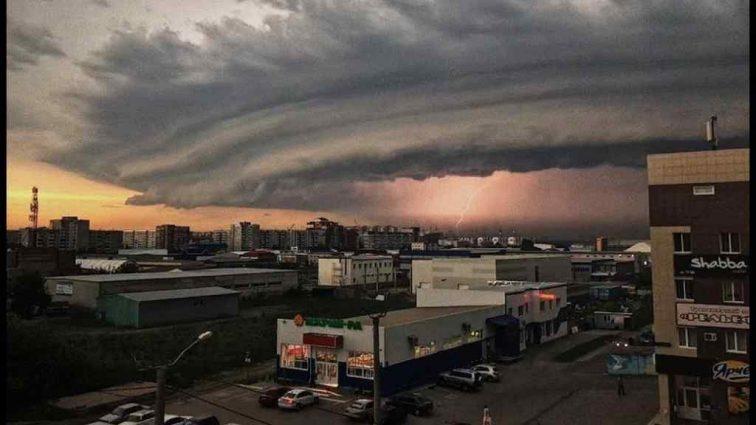 «Разорвало теплоход, обрушились здания»: стихийное бедствие в России разрушает город