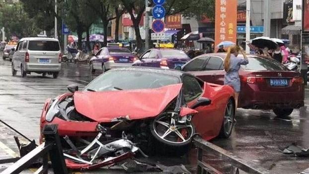 Девушка разбила Ferrari сразу же после аренды автомобиля