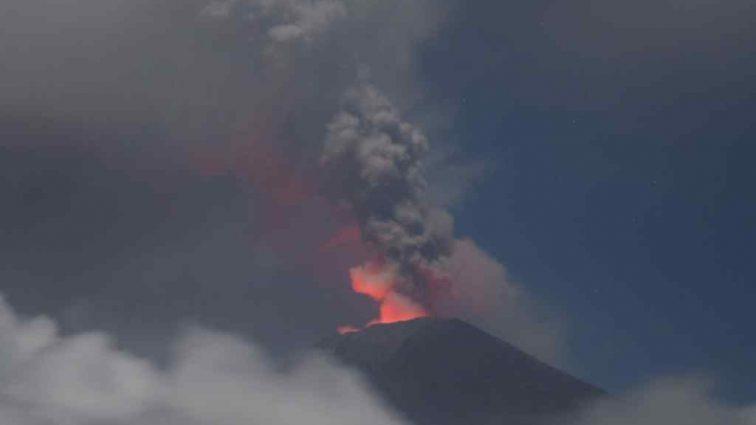 «Столб пепла и дыма высотой 2,5 км»: На Бали разбушевался вулкан