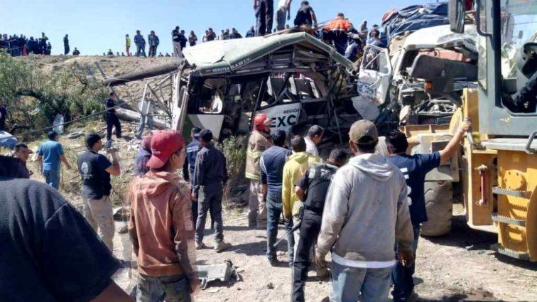 Столкновение пассажирского автобуса с грузовиком в Мексике: есть погибшие