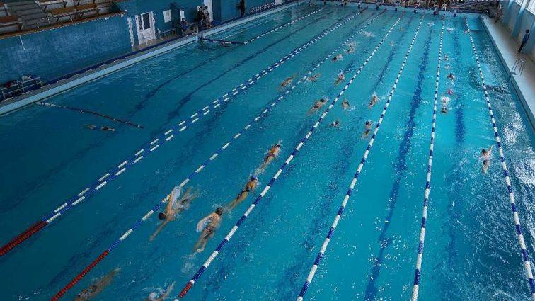 Во время купания в бассейне на детей обрушился потолок – кадры с места ЧП