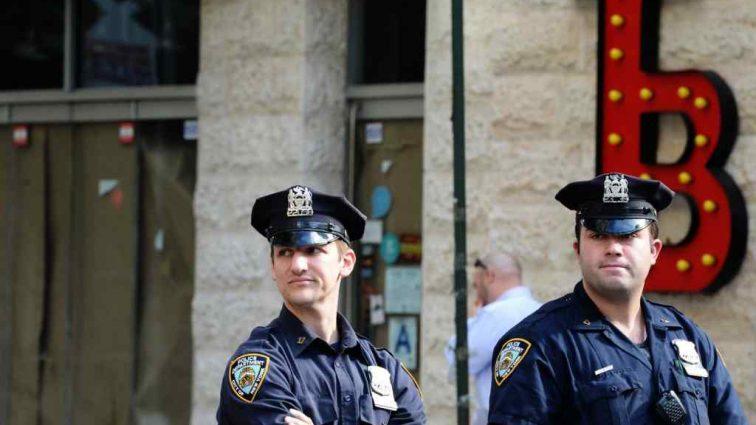 Семье убитого полицейским мужчины присудили компенсацию: 4 доллара