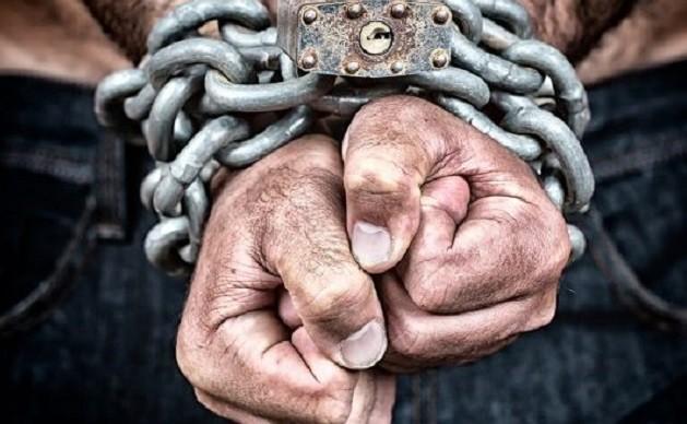 Темнокожий мужчина захватил в рабство 12-летнего мальчика и его семью