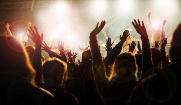 Во время концерта певец танцевал на коленях полицейской