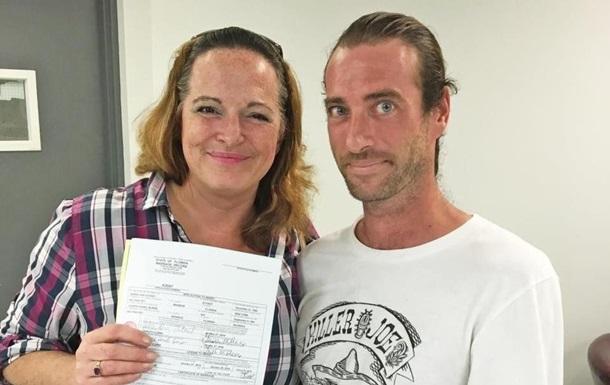Женщина вышла замуж за своего потерянного брата после 15-летних отношений