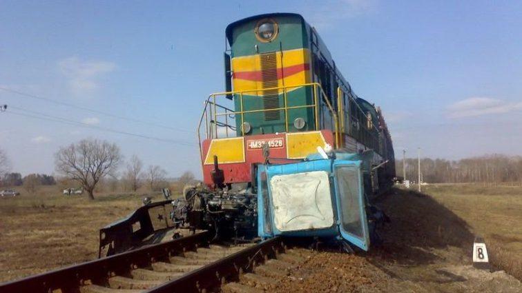 В Чехии пассажирский поезд столкнулся с трактором: узнайте последствия проишествия