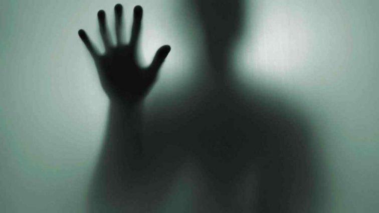 Невероятно, но факт: одержимая злыми силами женщина ползла по стене госпиталя (ВИДЕО)