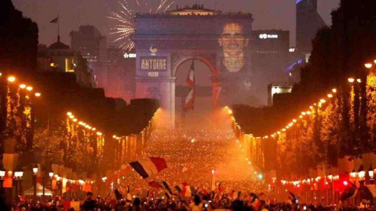 «Один прыгнул в канал, а второй врезался в дерево»: Во Франции двое фанатов погибли во время празднования победы на ЧМ-2018