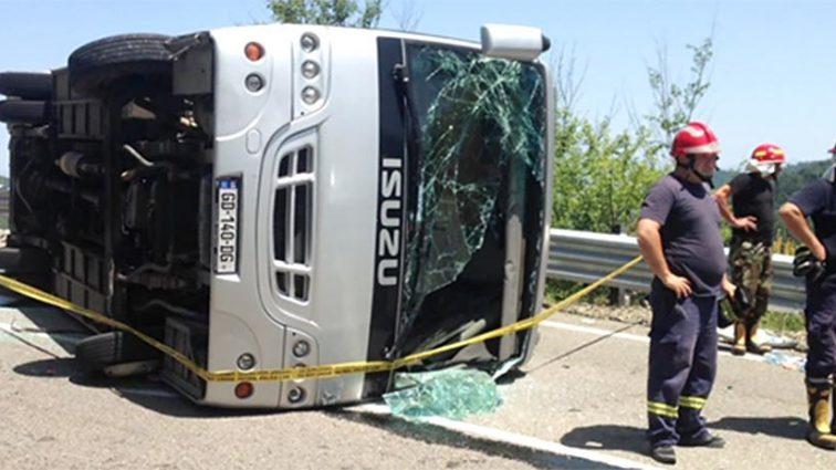 В Грузии автобус с российскими туристами упал в овраг
