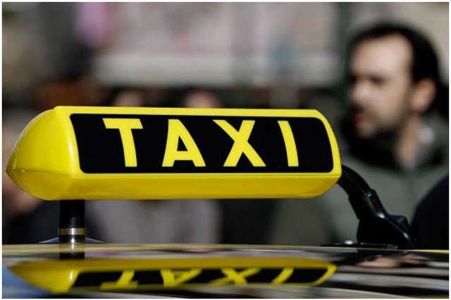 «Это на сдачу»: таксист сломал девушке руку из-за крупной купюры