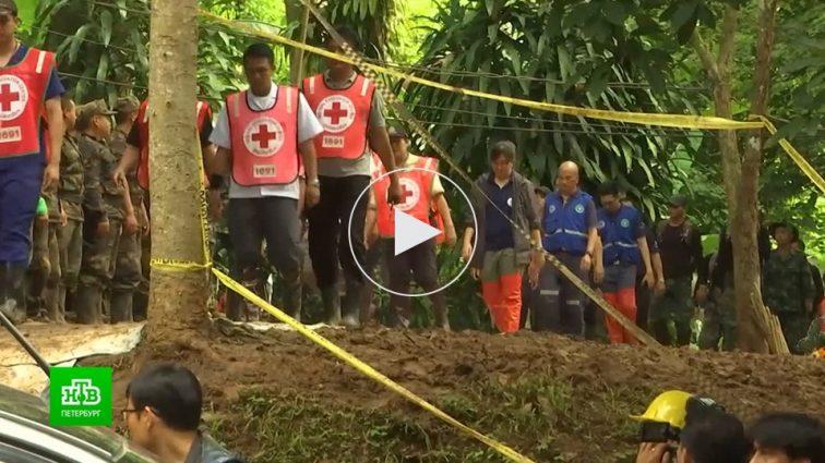 Детей, спасенных из тайской пещеры, не отдают родителям