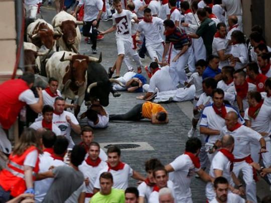 На фестивале быки в Испании подняли на рога мужчину и затоптали еще двоих (фото)