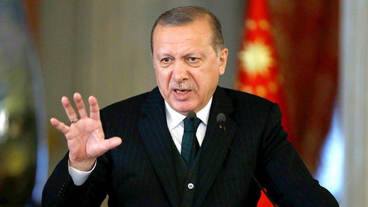 Меняет все и строит новую страну: Эрдоган уволил несколько тысяч государственных служащих