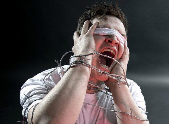 «Били током и наматывали провода на уши»: В Дагестане полицейские жестоко пытали заключенного