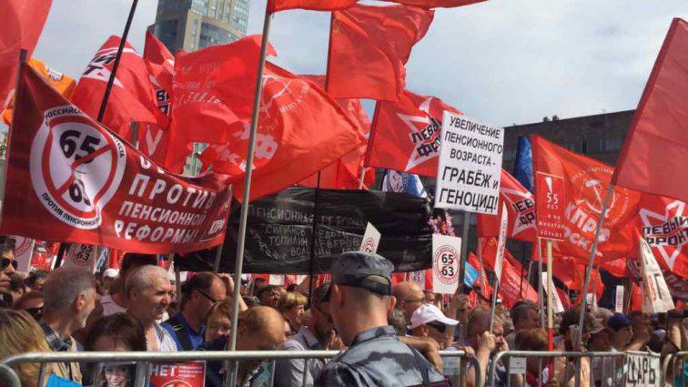 В российских городах тысячи людей вышли на митинги против повышения пенсионного возраста