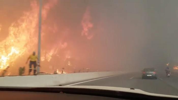 «Люди спасаются от огня в море»: В Греции ввели режим ЧП из-за сильнейших пожаров