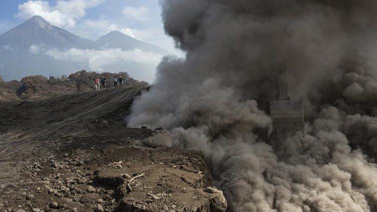 Новые жертвы извержения вулкана Фуэго в Гватемале: 156 человек пострадали